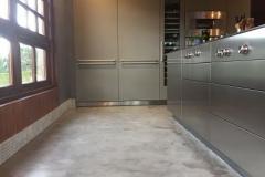 suelos y pared cocina con microcemento